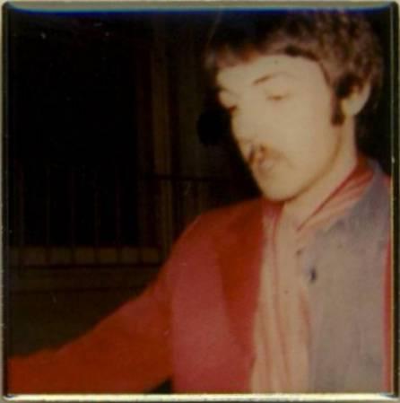 BEATLES Pin PAUL McCARTNEY 1967 in rot